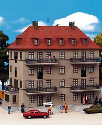 Kibri 38357 (8357) - Mehrfamilienhaus mit Balkon und Terrasse - H0