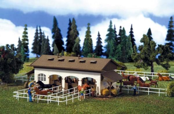 Vollmer 43790 - Reitsstall mit Pferdekoppel und Pferden - H0 (3790)