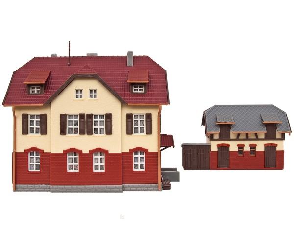 Kibri 37112 (47112) - Eisenbahner-Wohnhaus mit Nebengebäude inkl. Hausbeleuchtungs-Startset, Funktio